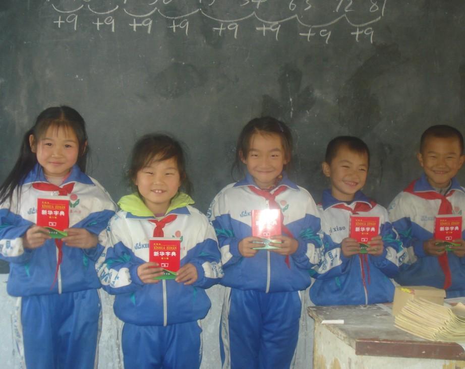 孩子们高兴地领取字典